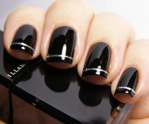 black and naiłs image