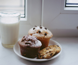 chocolate chips, milk, and cookie image