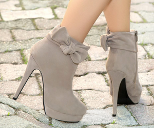 booties, flor, and zapatos image