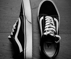 black and white, outfit, and zapatillas image