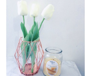 minimalism, roomdecor, and whitetulips image