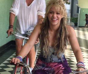 shakira and la bicicleta image