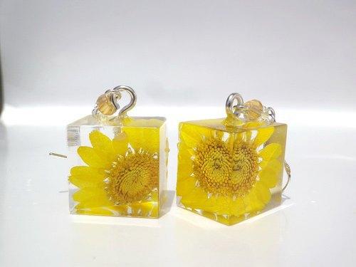 handmade jewelry, yellow daisy, and resin earrings image