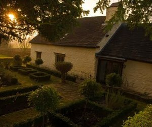 hus and cottage garden image