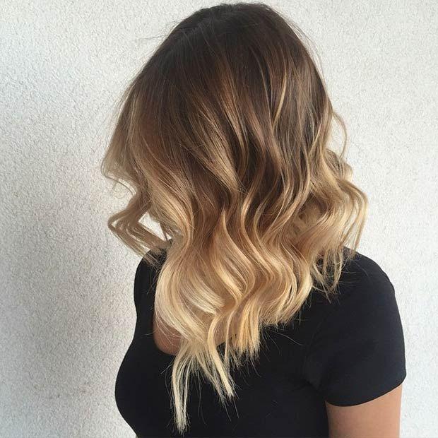 Chica con un corte de cabello long bob en capas con un tono