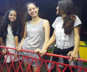 meninas, casacos, and parque de diversoes image