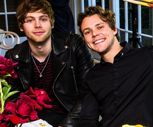 luke hemmings, 5sos, and ashton irwin image