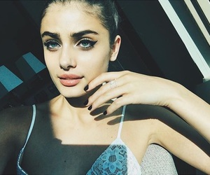 model and taylor hill image