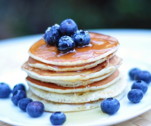 blueberries, pancakes, and à\q image