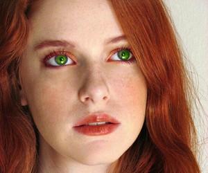 peliroja ojos verdes image