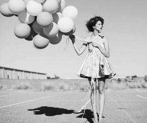 balloons, blanco y negro, and girl image