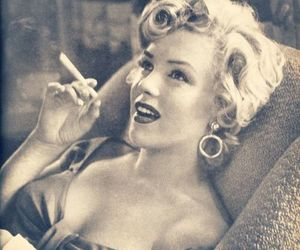 Marilyn Monroe, smoke, and black and white image