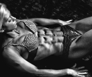 six pack abs, perfect abs, and female bodybuilding image
