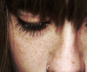 girl, freckles, and pecas image