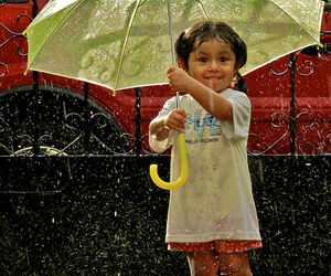 child, hapiness, and lluvia image
