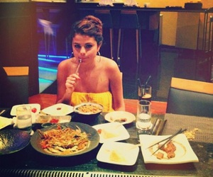 selena gomez, food, and selena image