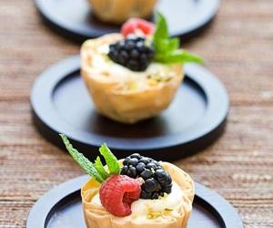 pastelillos, blueberrys, and strawberrys image