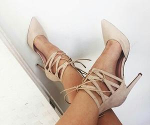 model, salto alto, and sapatos image