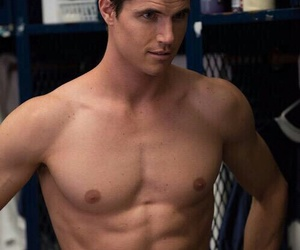 robbie amell image