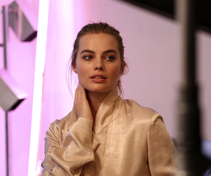 margot robbie and fashion image