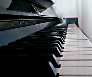 black and whit, piano, and schwarz weiß image