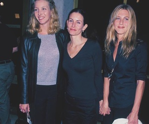 Lisa Kudrow, friends, and Courteney Cox image