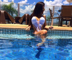 brunette and piscina image