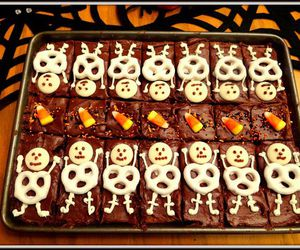 cupcakes, Halloween, and skeleton image