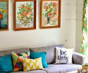 almofadas, quadros, and sofa image