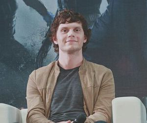evan peters image