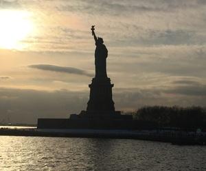 estatua de la libertad, río, and new york image