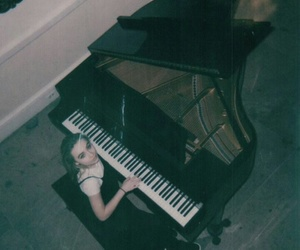music, sabrinacarpenter, and pianist image