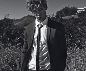 austin butler and boy image