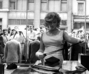 Marilyn Monroe, shopping, and vintage image