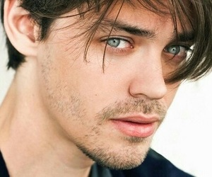 tom payne and the walking dead image