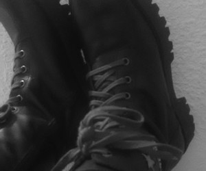alternativo, black and white, and boots image