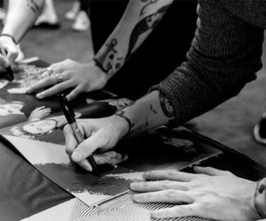 hands, larrystylinson, and otra image