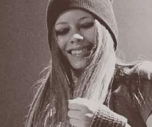 Avril Lavigne, belleza, and blanco y negro image