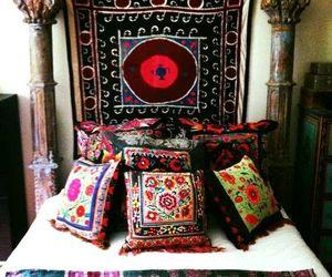 almofadas, cama, and decoração image
