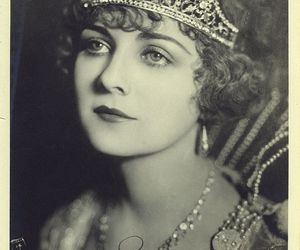 actress, alice, and crown image