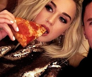 katy perry, pizza, and grammys 2017 image