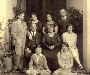 family and frida kahlo image