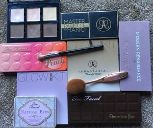 Brushes, contour, and too faced image