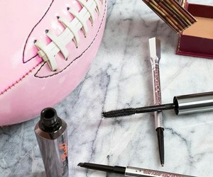benefit, maquillaje, and fútbol image