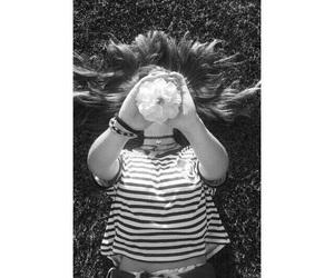 black and white, رماديات, and girl image