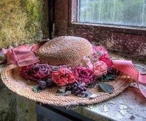 çiçek, şapka, and pencere image