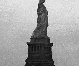 grey, liberty, and estatua de la libertad image