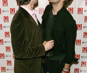 Chris Martin, noel gallagher, and oasis image