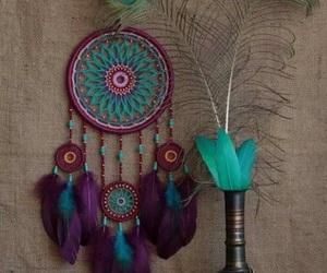 mandala, morado, and plumas image