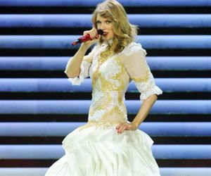Taylor Swift and red tour london 2 10 14 image